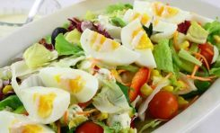 Yumurtayı çiğ sebze ile tüketmek besin değerini artırıyor