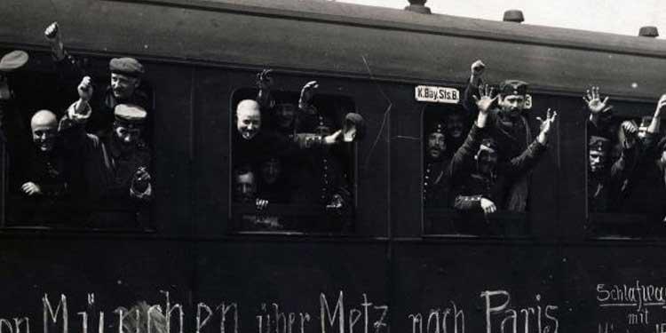 Ağustos 1914 Savaş için yola çıkan Bavyera'lı askerler , Einstein hayatı boyunca savaş karşıtı ve pasifist olarak kaldı - dpa/dpa/Corbis