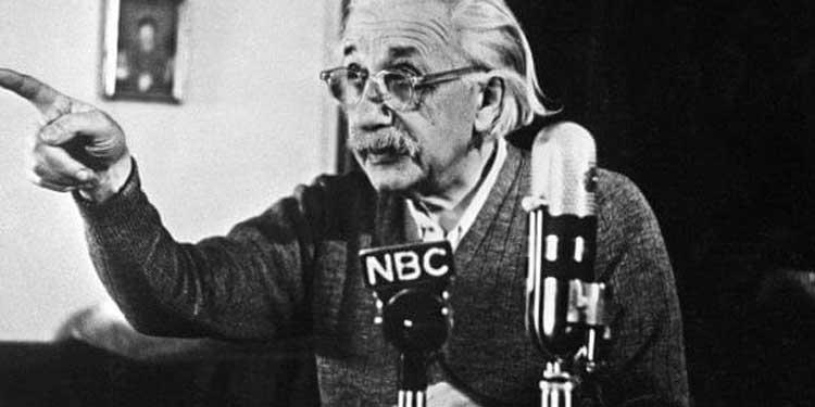 14 Şubat 1950 tarihinde Einstein bir TV yayını ile Amerika ve batı dünyasına karşı ve savaş ve Hidrojen bombası karşıtı bir konuşma yaptı – AFP/Getty Images