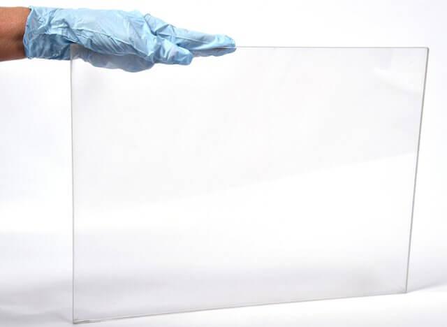 Spinel bir çok kristalize parçanın bir arada sıkışmasıyla polikristalin malzeme oluşturuluyor. Şimdilik press cihazları ile düzlem sayfa şeklinde spinel parçaları üretilebiliyor.Teknolojiye sahip mevcut şirketler 72 santimetre büyülüğünde parçalar üretmeyi başardı. Görsel :U.S. Naval Research Laboratory/Jamie Hartman