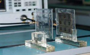 İki bobin arasındaki kablosuz güç aktarımı. Sağdaki bobine yerleştirilmiş 3x3'lük gri kare meta-malzemedir.