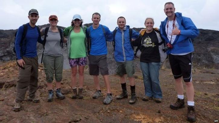 Destek ekibi üyesi Brian Shiro (solda), ekip üyeleri (sırasıyla) Sophie Milam, Joceyln Dunn, Zak Wilson, Allen Mirkadyrov, Martha Lenio ve Neil Scheibelhut ile fotoğraf çekildi.