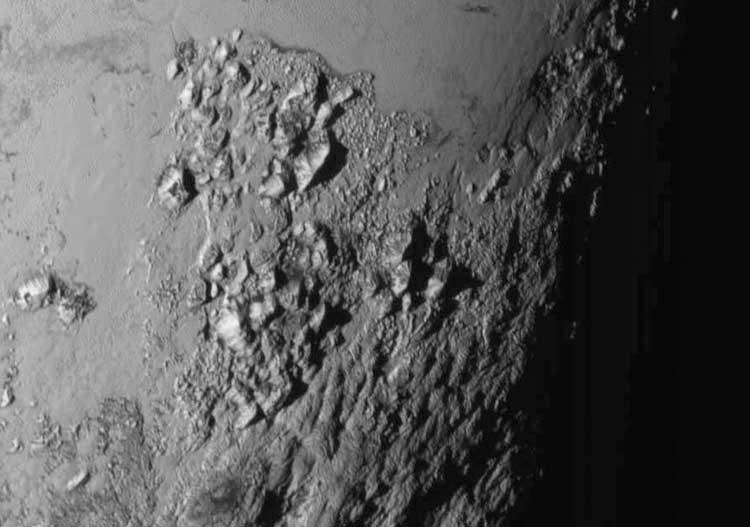 Plüton yüzeyindeki 3,5 kilometre yüksekliğindeki dağları gösteren yüksek çözünürlüklü görüntü. Dahası yolda… (Telif: NASA- JHUAPL-SwRI)