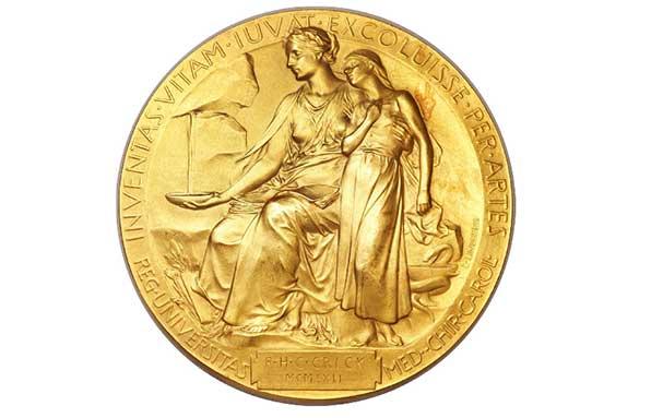 """Erik Lindberg'in tasarladığı Nobel Tıp Madalyası. Çevresinde Latince """"Inventas Vitam Juvat Excoluisse Per Artes - Sanatla güzelleşen yaşama değer katan buluşlar"""" yazan, dizinde kitapla oturan Tıp Tanrısını, yanındaki kızın susuzluğunu gidermek için kayadan sızan suyu toplarken gösteren kabartma."""