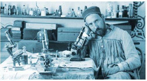 Fotoğraf : 1880'lerin ortasında Cajal en sevdiği enstrümanı olan mikroskobunun yanında. Muhtemelen zor bir günün sonu