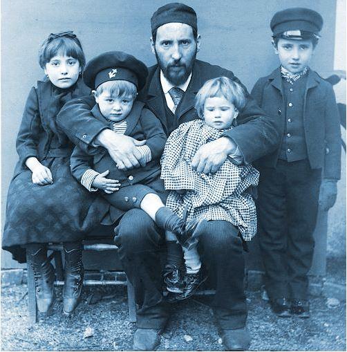 Fotoğraf :  1889'da Cajal çocukları  Fe, Santiago, Jorge ve Paula ile beraber.