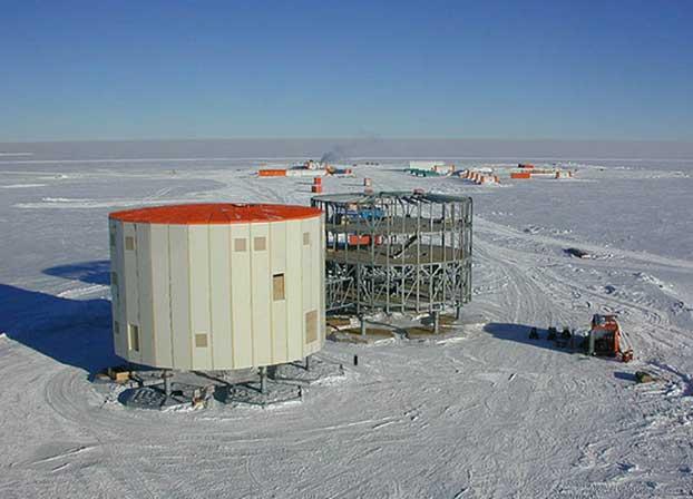 Concordia'nın çelik kuleleri, hidrolik düzeneklerle oturdukları platformlar ve ahşap döşeli katlar – inşaat dönemi. (Ahşaba zarar verecek mantarlar bu ısılarda yaşamadığından kullanımında sorun yok) Telif: IPEV/ESA/Serge Drapeau