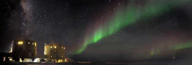 """Concordia'nın """"ikiz kuleler""""i üzerinde güney ışığı (Aurora Australis) Telif: ESA/IPEV/ENEAA/A. Kumar ve E. Bondoux"""