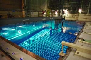 """Depolanan nükleer yakıt, ürpertici ve özgün bir mavi renkte parlar. Yeni harcanmış çoğu yakıt çubuğu (""""atık"""") halen, onu üreten reaktörlerde saklanır."""