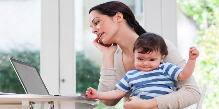 Bebeğinizle İlgilenirken Mesaj Atmadan ve Arama Yapmadan Önce Bir Kez Daha Düşünün!