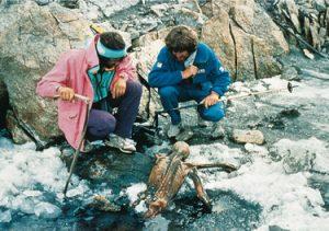 Ötzi, bulunduğu buzdan çıkarılmayı beklerken.