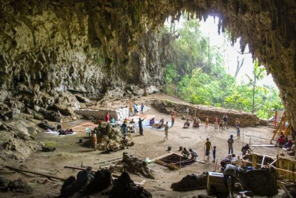 Endonezya adası Flores'de bulunan Liang Bua isimli kireçtaşı mağarasında sürmekte olan kazılar. Görsel Telif : Liang Bua Ekibi