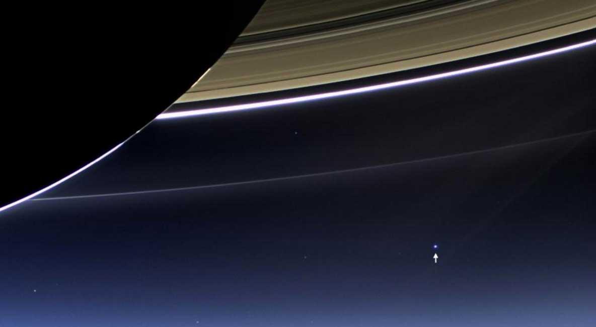 """19 Temmuz 2013'te Cassini uzay aracı tarafından alınan görüntüde Satürn halkalarının altından gezegenimiz (okla gösterilen) – """"Satürn de bizi görecek mi?"""" diye soranlara fikir vermesi açısından. Telif:NASA"""